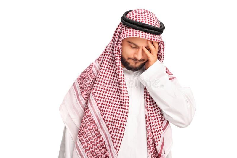 Junger Araber, der Kopfschmerzen hat stockfotografie