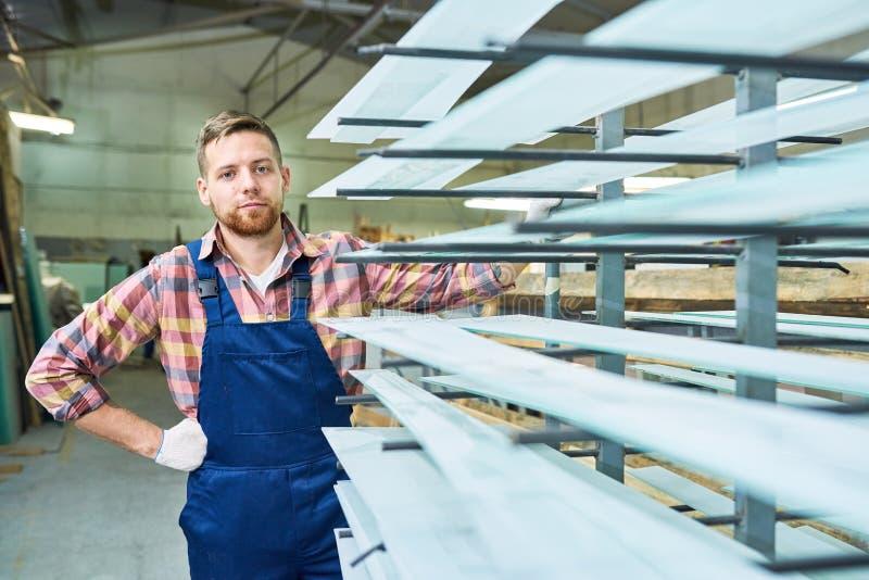 Junger Arbeiter Posing in der Werkstatt lizenzfreies stockfoto