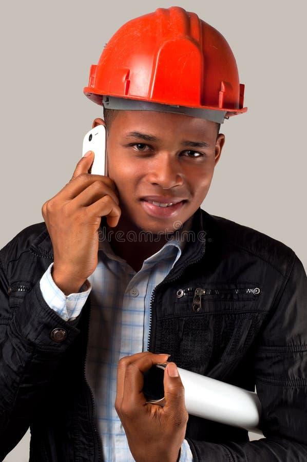 Junger Architekt mit Handy stockfoto