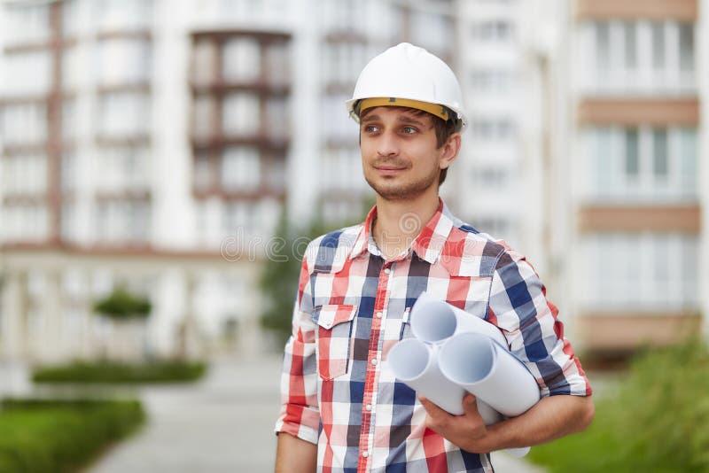 Junger Architekt vor Wohngebäude stockbild