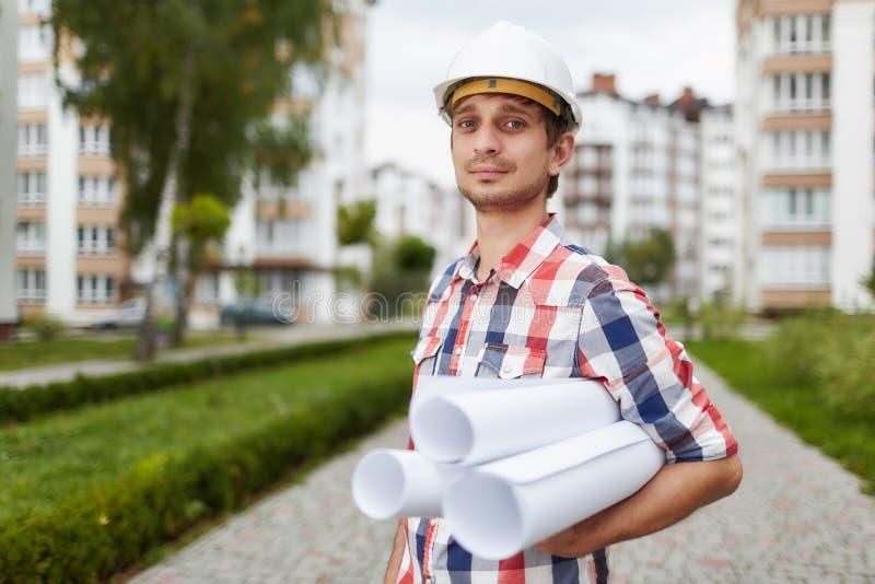 Junger Architekt vor Wohngebäude lizenzfreies stockbild