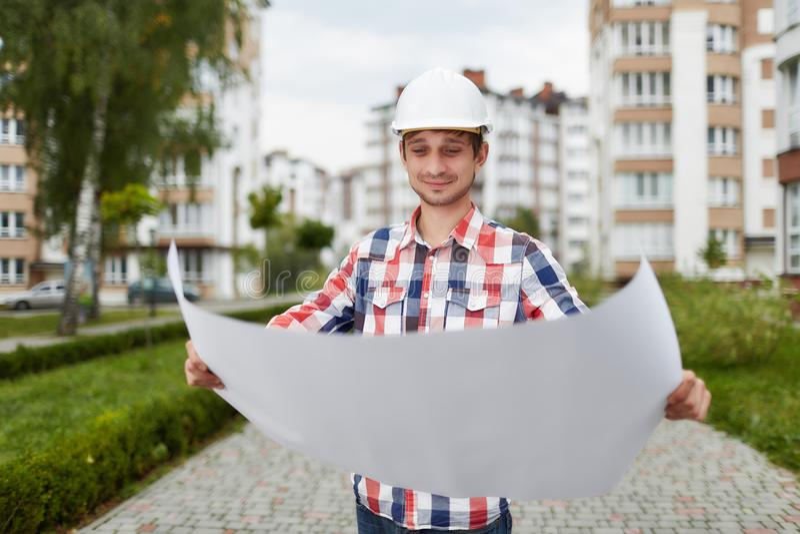 Junger Architekt vor Wohngebäude stockfotografie