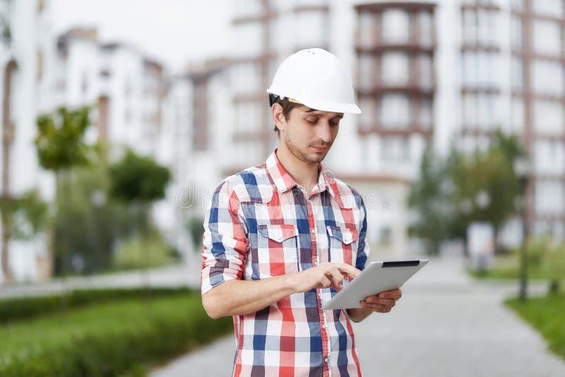 Junger Architekt vor Wohngebäude lizenzfreies stockfoto