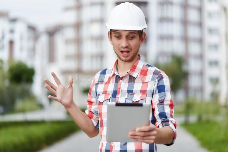 Junger Architekt vor Wohngebäude lizenzfreie stockfotos