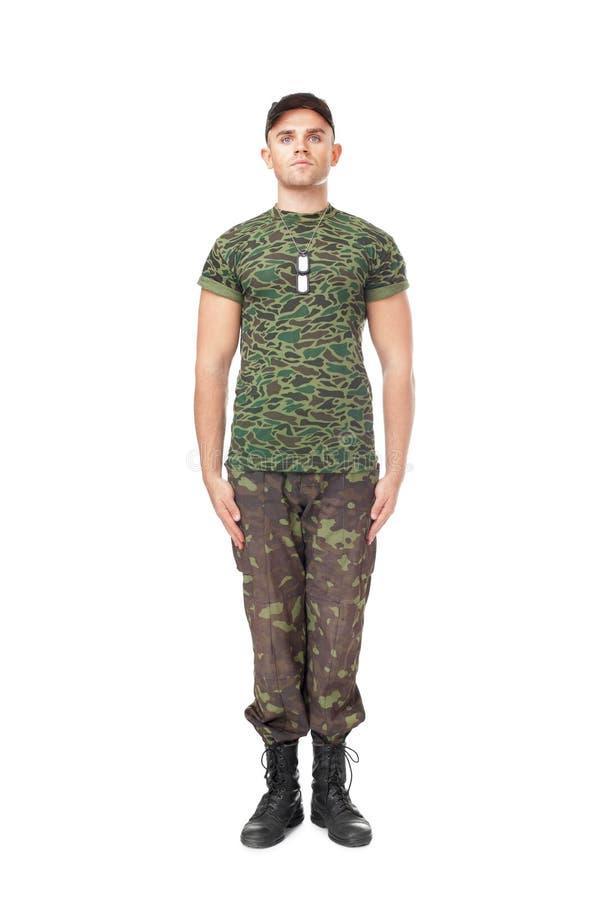 Junger Armeesoldat, der in der Aufmerksamkeit steht lizenzfreie stockbilder