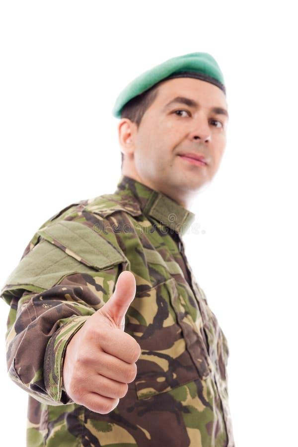 Junger Armeesoldat mit dem Daumen oben lizenzfreies stockbild