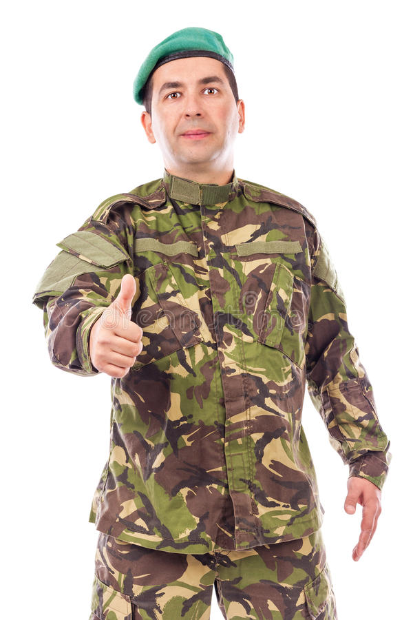 Junger Armeesoldat mit dem Daumen oben lizenzfreie stockfotos