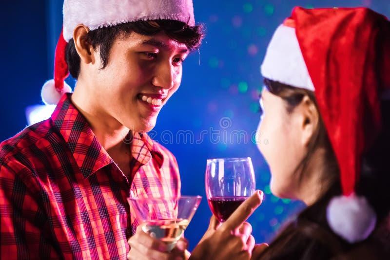 Junger Asiat, der die Weine im Valentinstag trinkt stockfoto