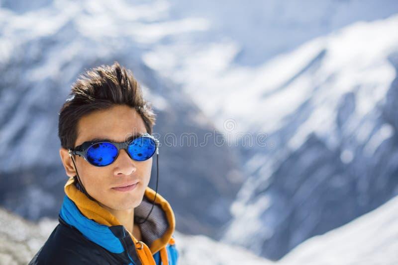 Junger asiatischer ethnischer Bergsteiger im Himalaja stockbilder