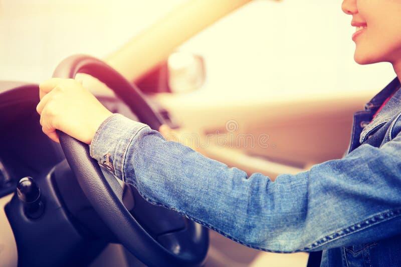 Junger asiatischer Frauenfahrer, der Auto fährt lizenzfreie stockfotografie