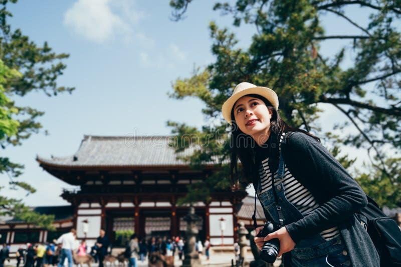 Junger asiatischer Frauenreisender, der Foto macht stockbilder