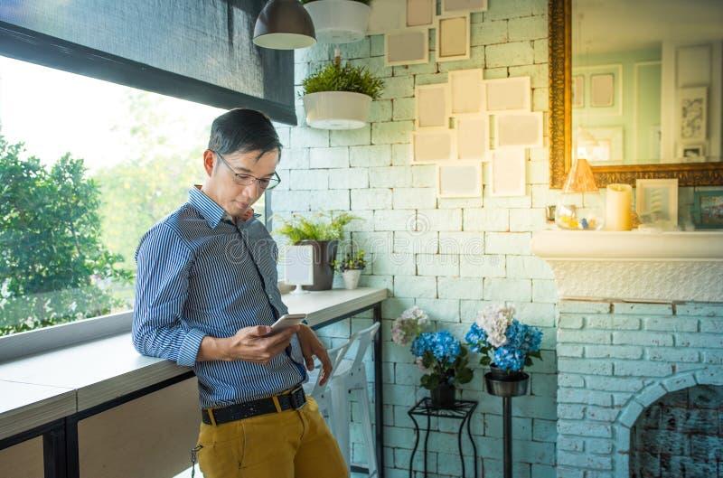Junger asiatischer Geschäftsmann kleidete in zufällige Art und Waren eyeglas an lizenzfreie stockfotografie