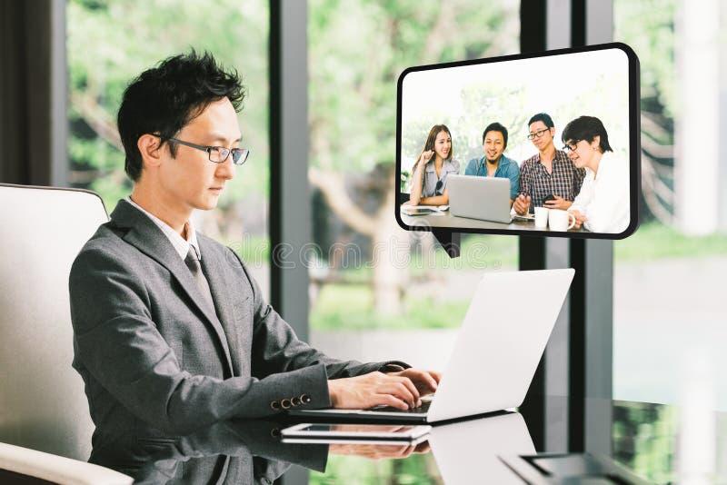 Junger asiatischer Geschäftsmann, Telefonkonferenz CEO-Unternehmers VDO mit verschiedener Teilhabergruppe oder Angestellter lizenzfreie stockfotografie