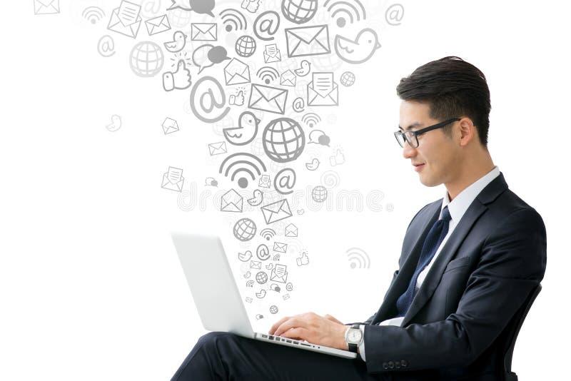 Junger asiatischer Geschäftsmann unter Verwendung der Tablette, Sozial-meida lizenzfreies stockfoto