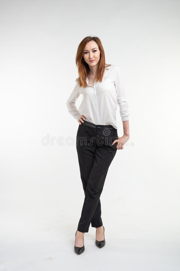 Junger asiatischer hübscher Abschluss der jungen Frau herauf Porträt auf weißem Hintergrund stockfotografie