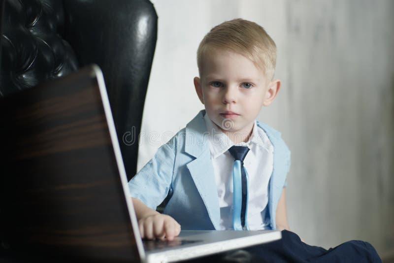 Junger asiatischer Junge, der zu Hause Laptoptechnologie einsetzt lizenzfreie stockbilder