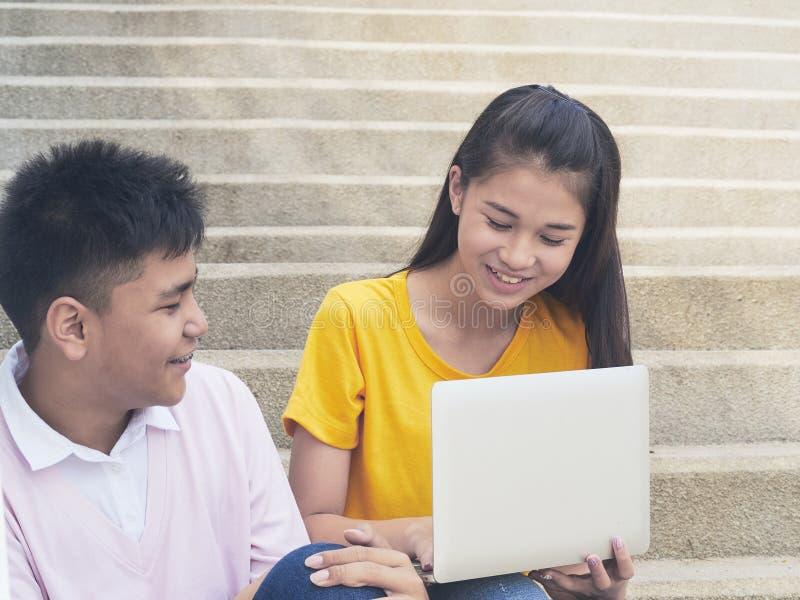 Junger asiatischer Junge und womon des Computers stockbild