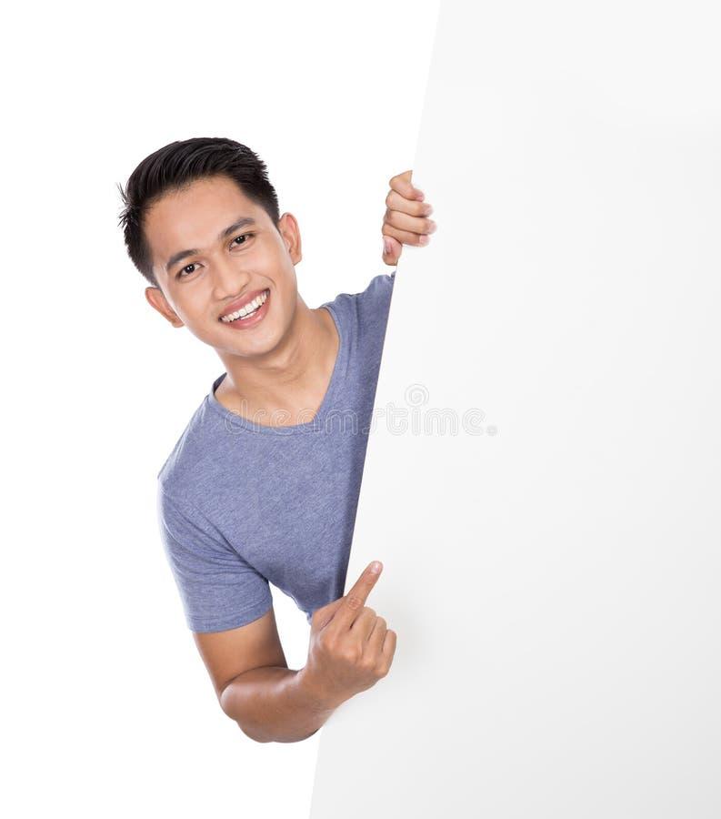 Junger asiatischer Mann, der eine leere Fahne hält stockfoto