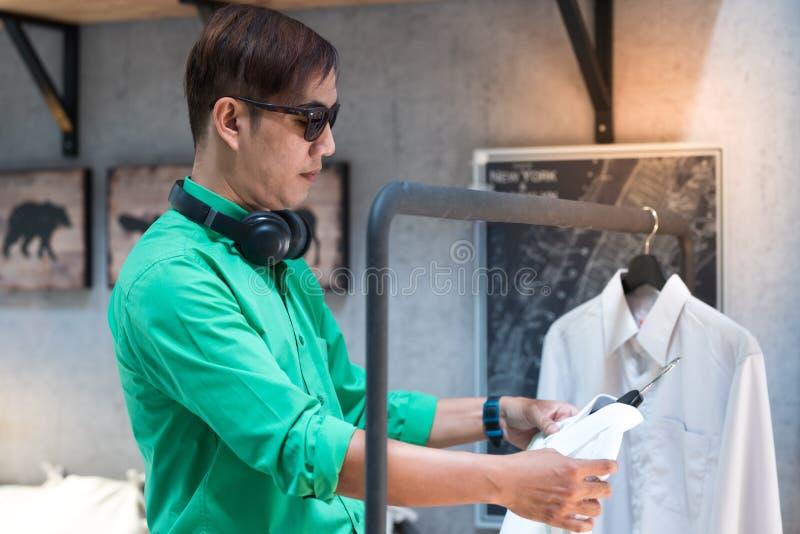 Junger asiatischer Mann kleidete in den Augengläsern der zufälligen Art und der Abnutzung an und lizenzfreie stockbilder