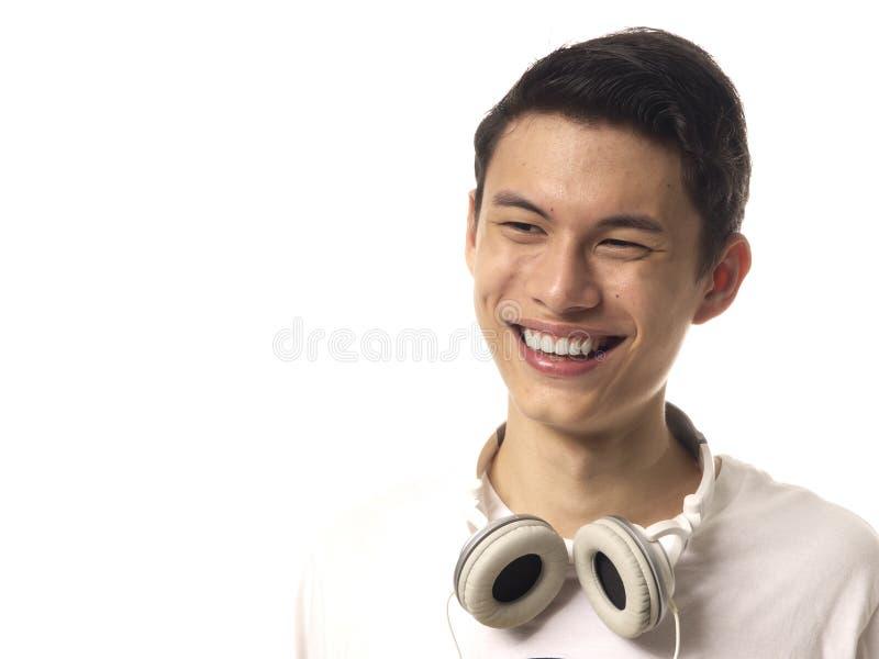 Junger asiatischer Mann mit Kopfhörern lizenzfreie stockbilder