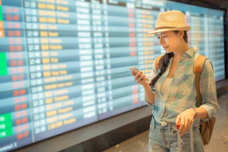 Junger asiatischer Prüfungsflugzeitplan lizenzfreie stockbilder