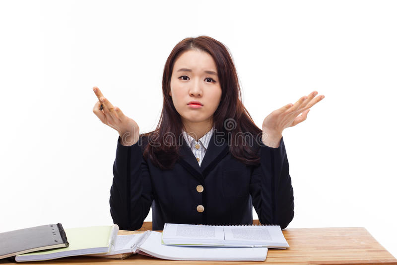 Junger asiatischer Student, der Problem auf Schreibtisch hat. lizenzfreie stockbilder