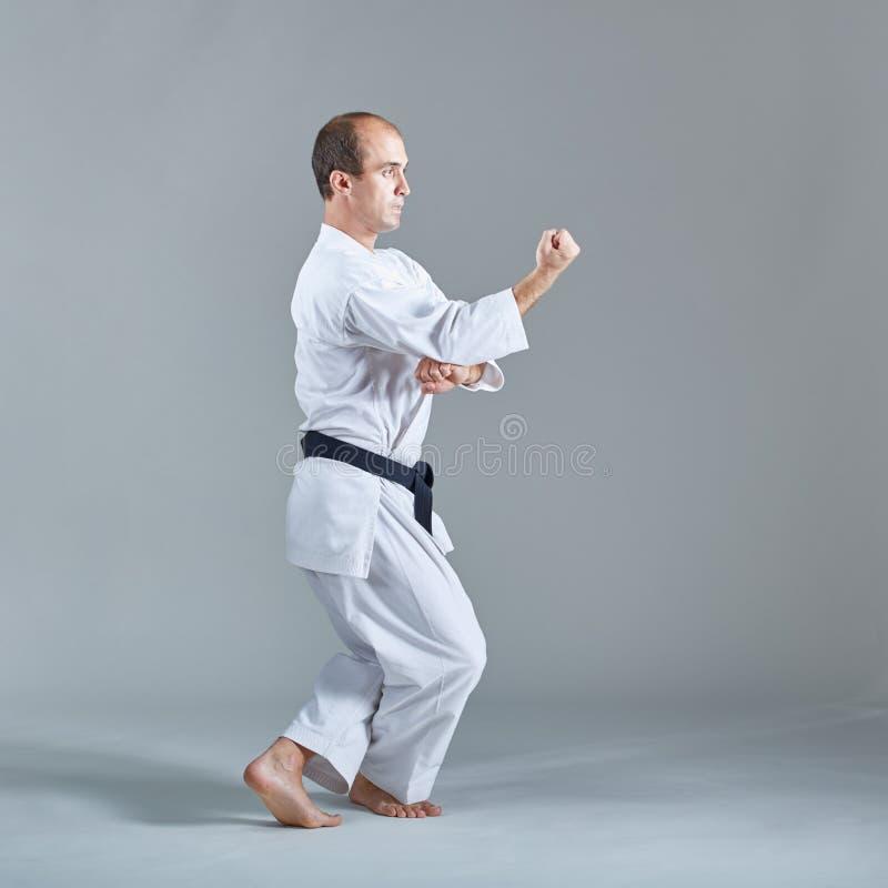 Junger Athlet bildet formale Karateübungen aus lizenzfreies stockbild