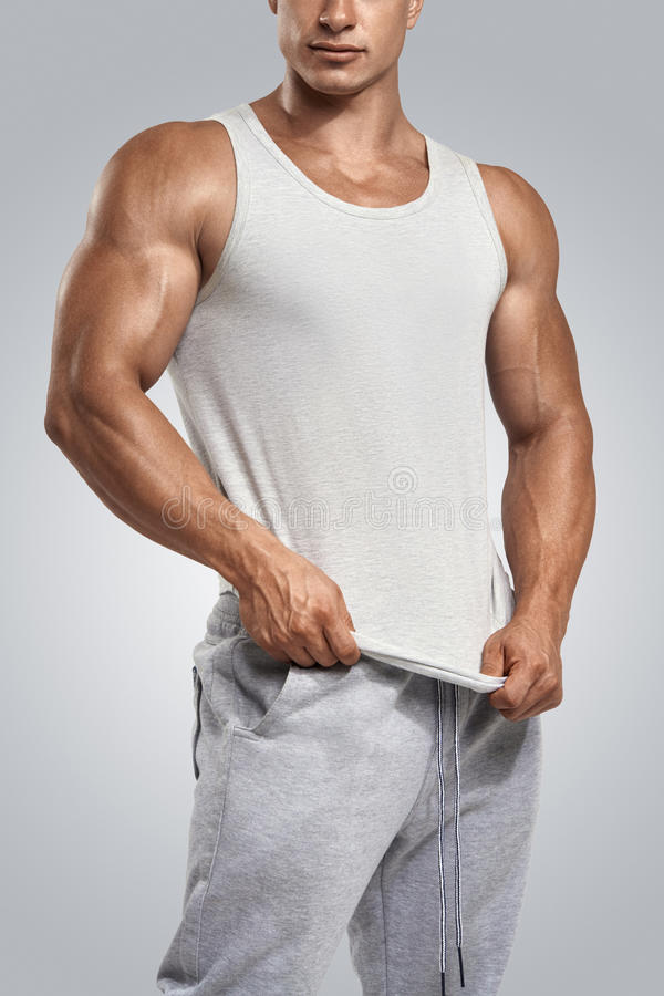 Junger Athlet, der leere weiße Weste, ärmelloses T-Shirt trägt stockbild