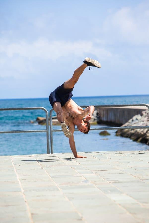 Junger Athlet, der Parkour-Tricks tut stockfoto
