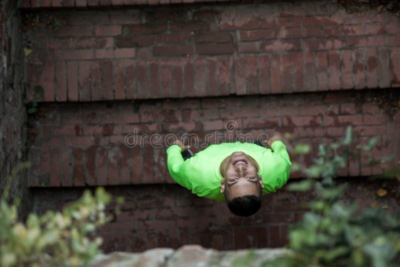 Junger Athlet vorbereitetes Lächeln vor Erholung stockfotografie