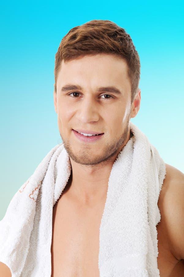 Junger athletischer Mann mit einem Tuch lizenzfreies stockbild