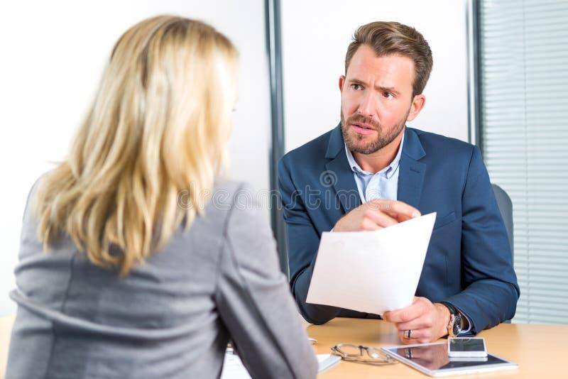 Junger attraktiver Arbeitgeber, der Zusammenfassung der Frau analysiert stockfoto