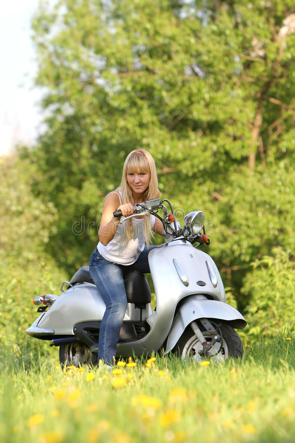 Junger attraktiver Frauenreitroller lizenzfreies stockbild