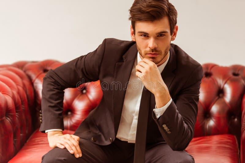 Junger attraktiver Geschäftsmann lizenzfreies stockfoto