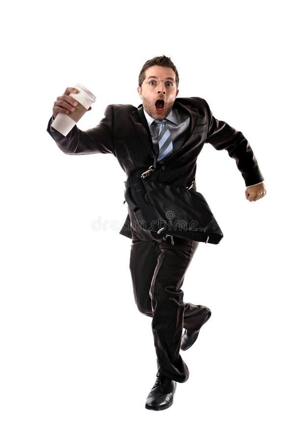 Junger attraktiver Geschäftsmann mit nehmen den Kaffee weg, der spät läuft, um im Druck zu arbeiten stockfotos