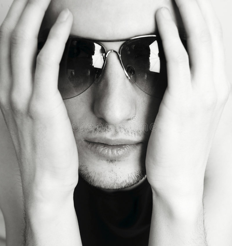Junger attraktiver Mann in den Gläsern stockfoto