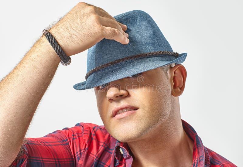Junger attraktiver Mann, der einen Hut trägt stockfotos