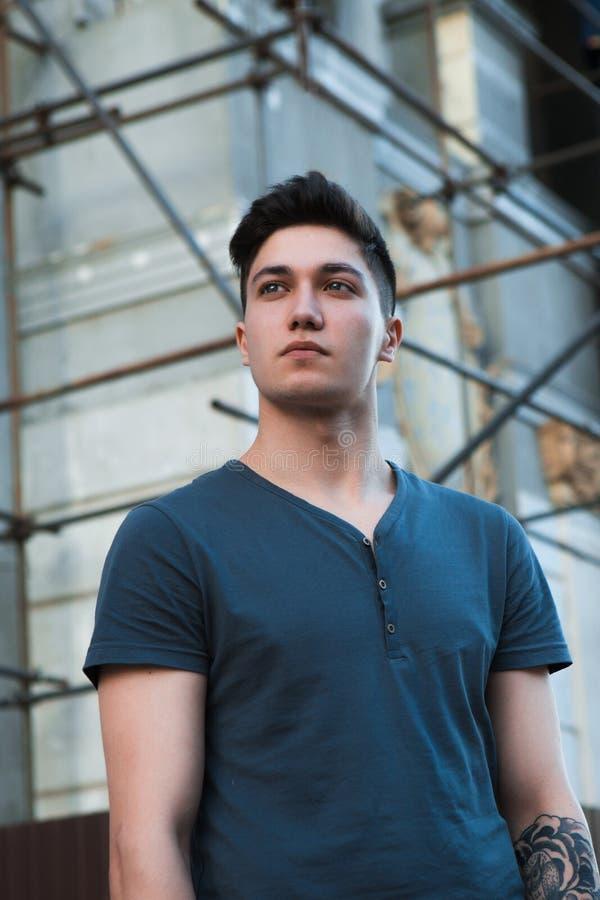 Junger attraktiver Mann im städtischen Hintergrund stockfotografie