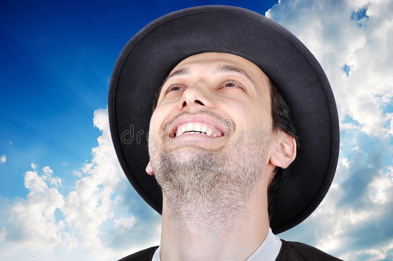 Junger attraktiver Mann mit glücklichem Ausdruck lizenzfreie stockbilder