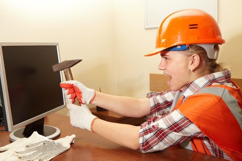 Junger Auftragnehmer im Büro wut stockbilder