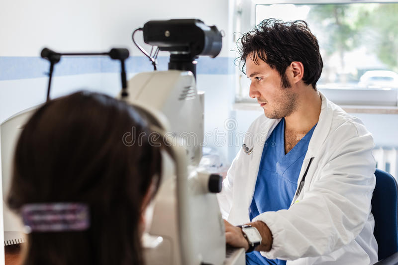 Junger Augenarzt stockfoto
