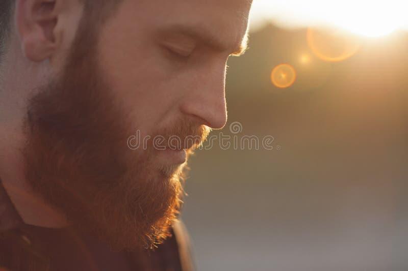 Junger bärtiger Mann mit den Augen geschlossen lizenzfreies stockfoto