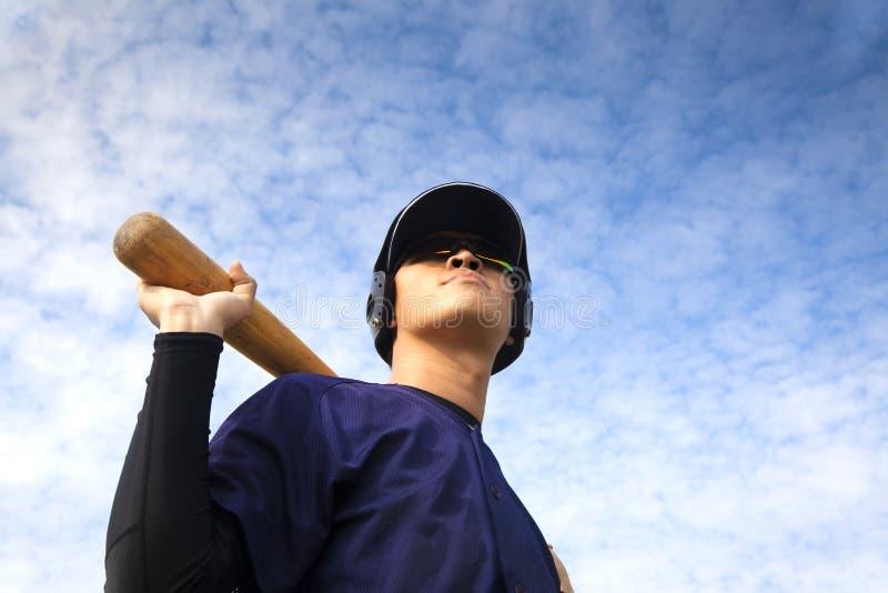 Junger Baseball-Spieler mit Hieb lizenzfreie stockfotos