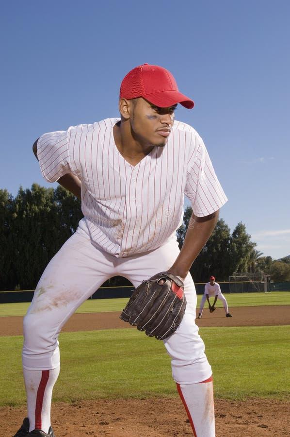 Junger Baseball-Werfer, der auf Feld spielt lizenzfreie stockfotografie