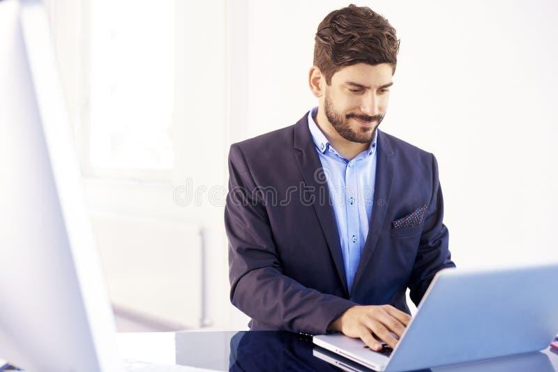 Junger behilflicher finanziellgeschäftsmann mit Notizbuch im Büro lizenzfreies stockfoto