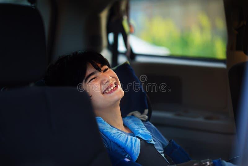 Junger behinderter Junge im Rollstuhl, der in Handikapfahrzeug reist lizenzfreies stockbild