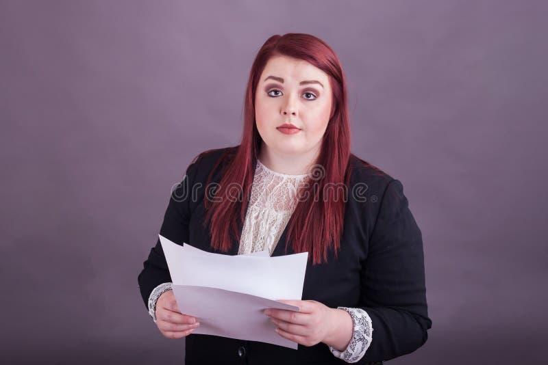 Junger Berufsgeschäftsfrau-Holdingstapel Papiere stockfoto