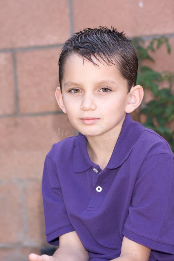 Junger biracial Junge des Portraits mit dem kurzen Haar lizenzfreies stockfoto