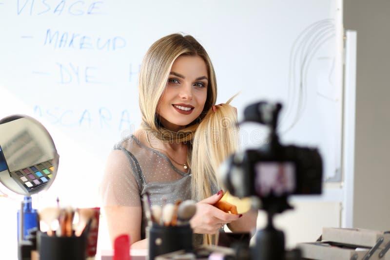 Junger Blogger-notierende Video-Schönheits-Werkstatt lizenzfreie stockbilder