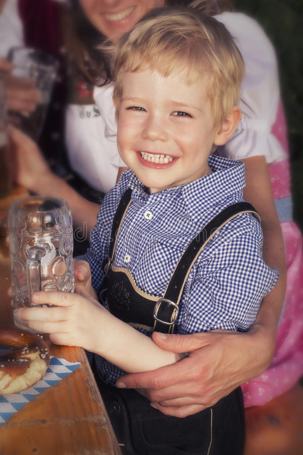 Junger blonder bayerischer Junge an oktoberfest stockfotografie
